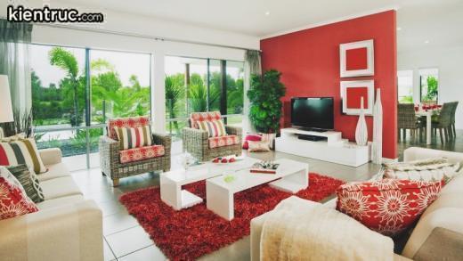 Màu đỏ được chọn làm màu sắc chủ đạo trong căn phòng khách