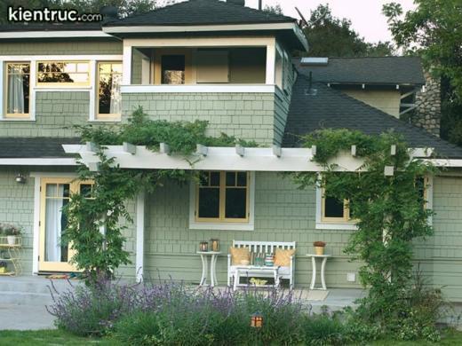Một căn biệt thự được sơn gam màu xanh lá cây rất mát mắt