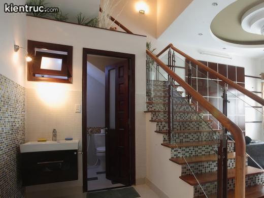 Tận dụng gầm cầu thang để thiết kế nhà vệ sinh là phương án tối ưu diện tích, không gian sống