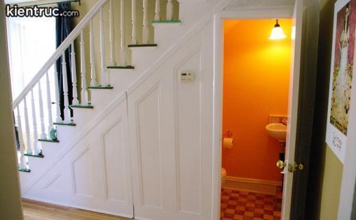 Vị trí đặt nhà vệ sinh dưới gầm cầu thang thường ở tầng trệt của căn nhà