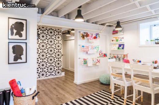 Các bức tường được trưng dụng để treo các bức tranh của bé